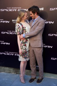 Andrew-Garfield-Emma-Stone-Hug-Madrid-Pictures2